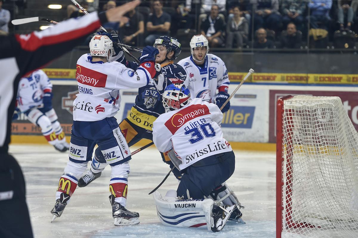 Klingberg während eines Spieles im September, umzingelt von ZSC-Löwen.