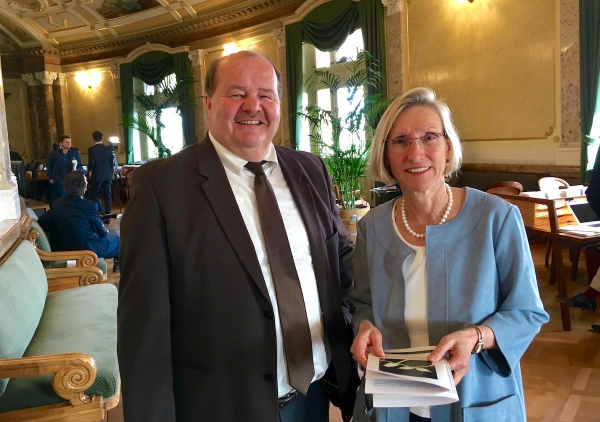 Felix Müri und Prisca Birrer-Heimo in der Wandelhalle des Bundeshauses.