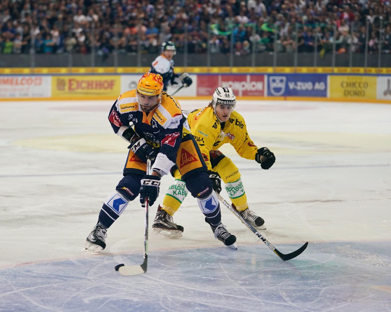 Die Nummer 25, Viktor Stalberg, im Zweikampf mit André Heim vom SCB.