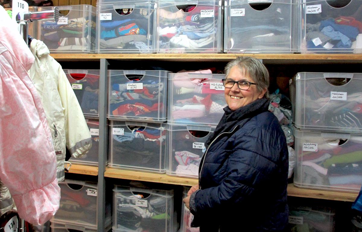 Yvette Imhof vor den sorgfältig sortierten Kleiderkisten.