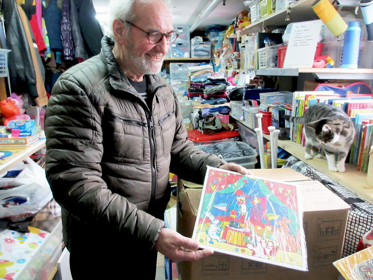 Werner Imhof kontrolliert jedes Puzzle auf Vollständigkeit und wickelt es in Kunststofffolie ein.