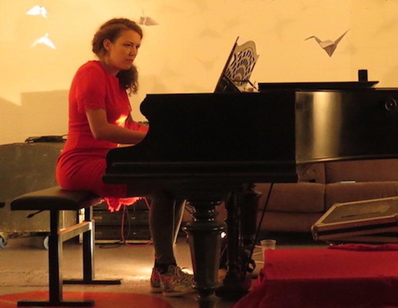 Die Chamerin Laura Livers während einer Performance.