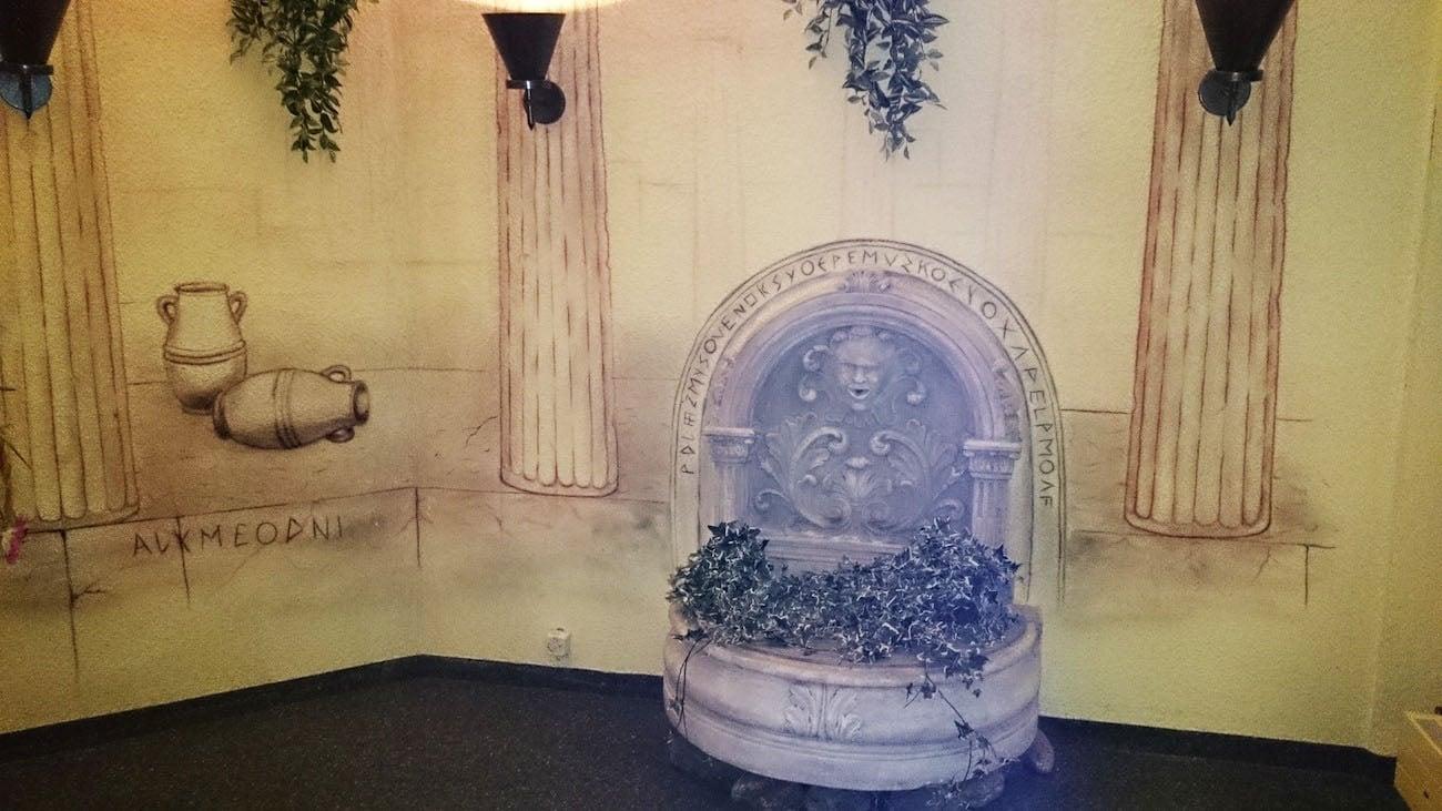 Ein künstlicher Brunnen im Eingangsbereich sorgt für Ambiente.