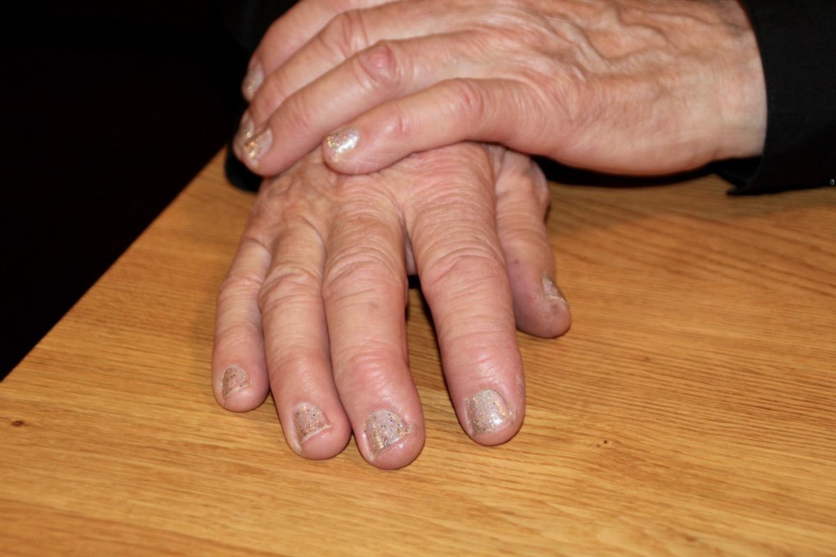 «Mittlerweile arbeite ich auch häufiger mit Handschuhen», sagt Dahinden. So muss sie den Nagellack nicht immer entfernen.