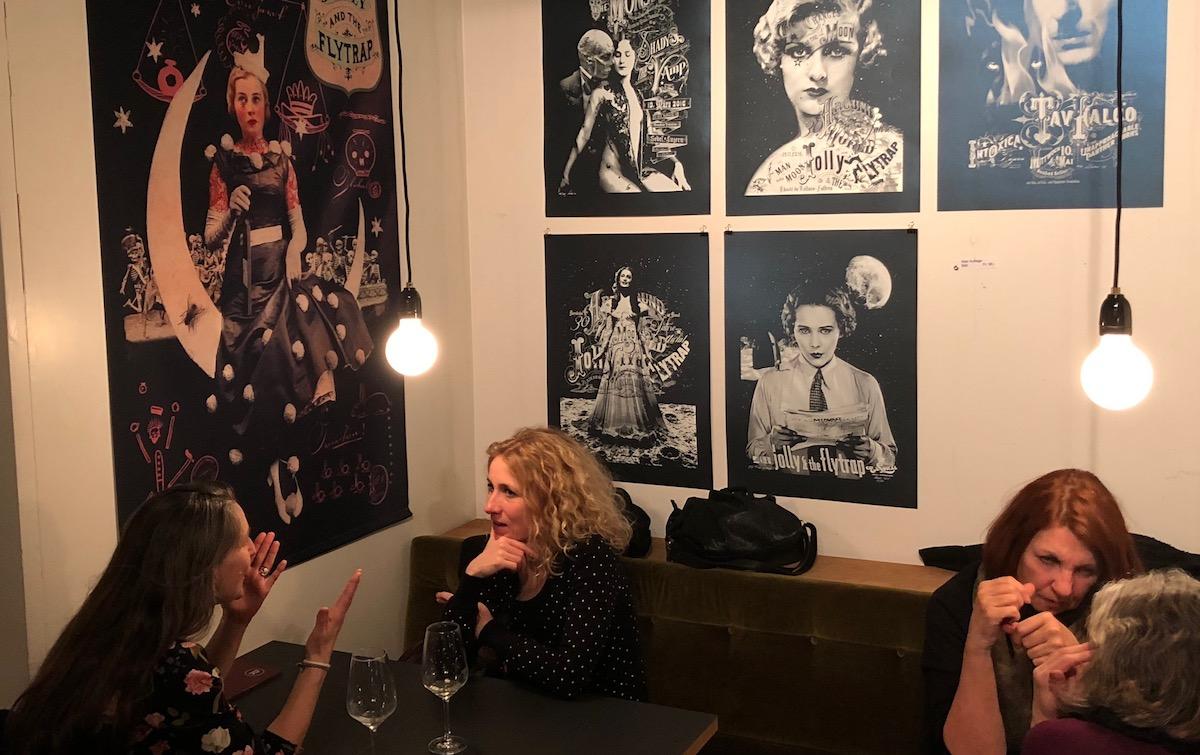 Eleganz, bei Damen beliebt: Märt Infangers Plakate in der Raviolibar.