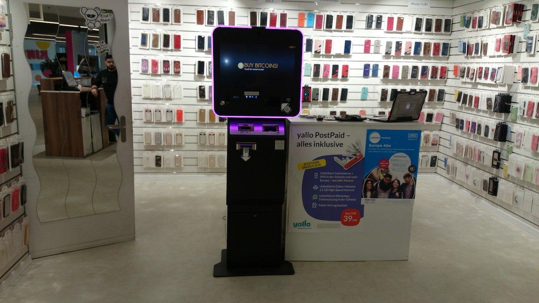 Der neue Bitcoin-Automat steht in einem Reparaturladen für Handys.