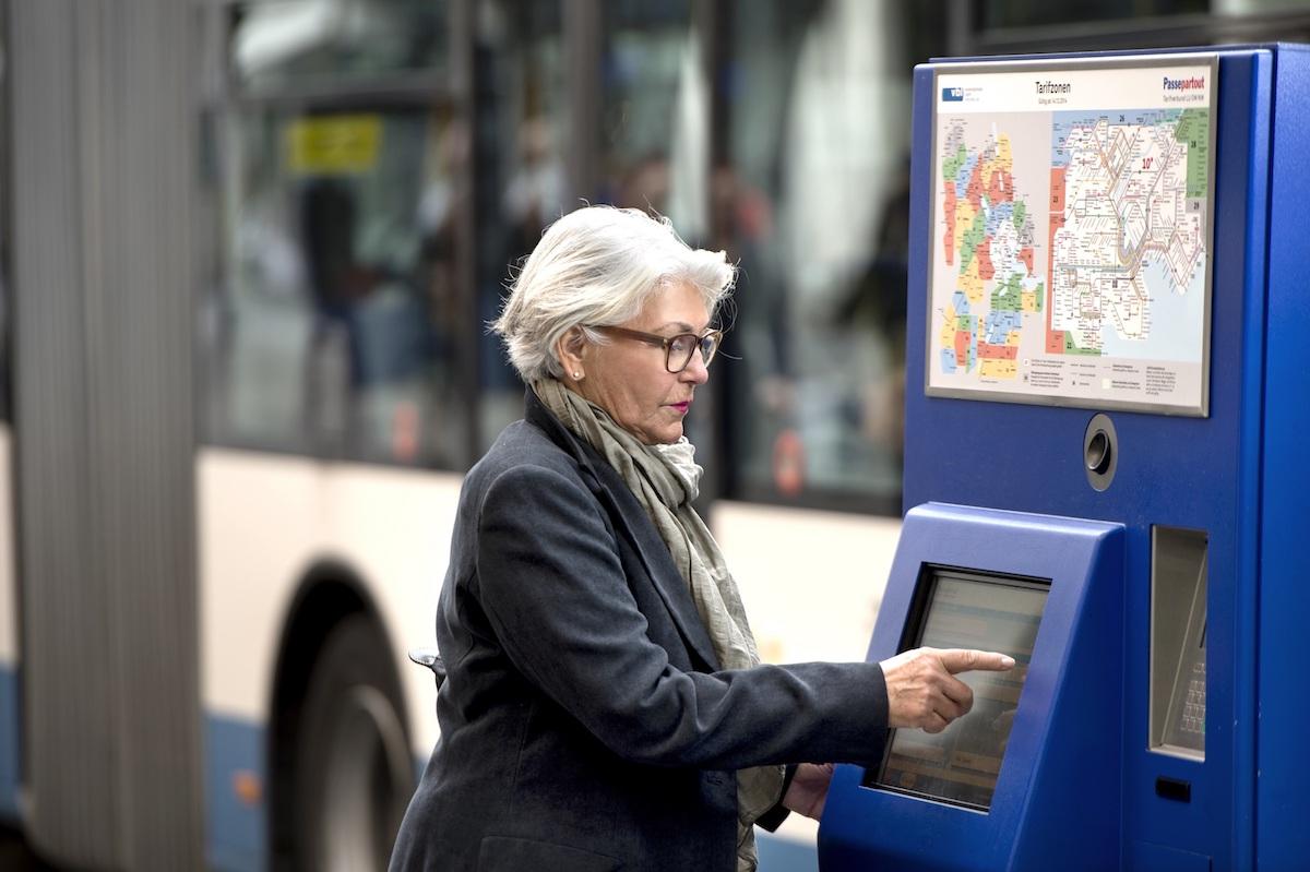 Das kommt immer seltener vor: Eine Kundin löst ihr Ticket am Schalter.
