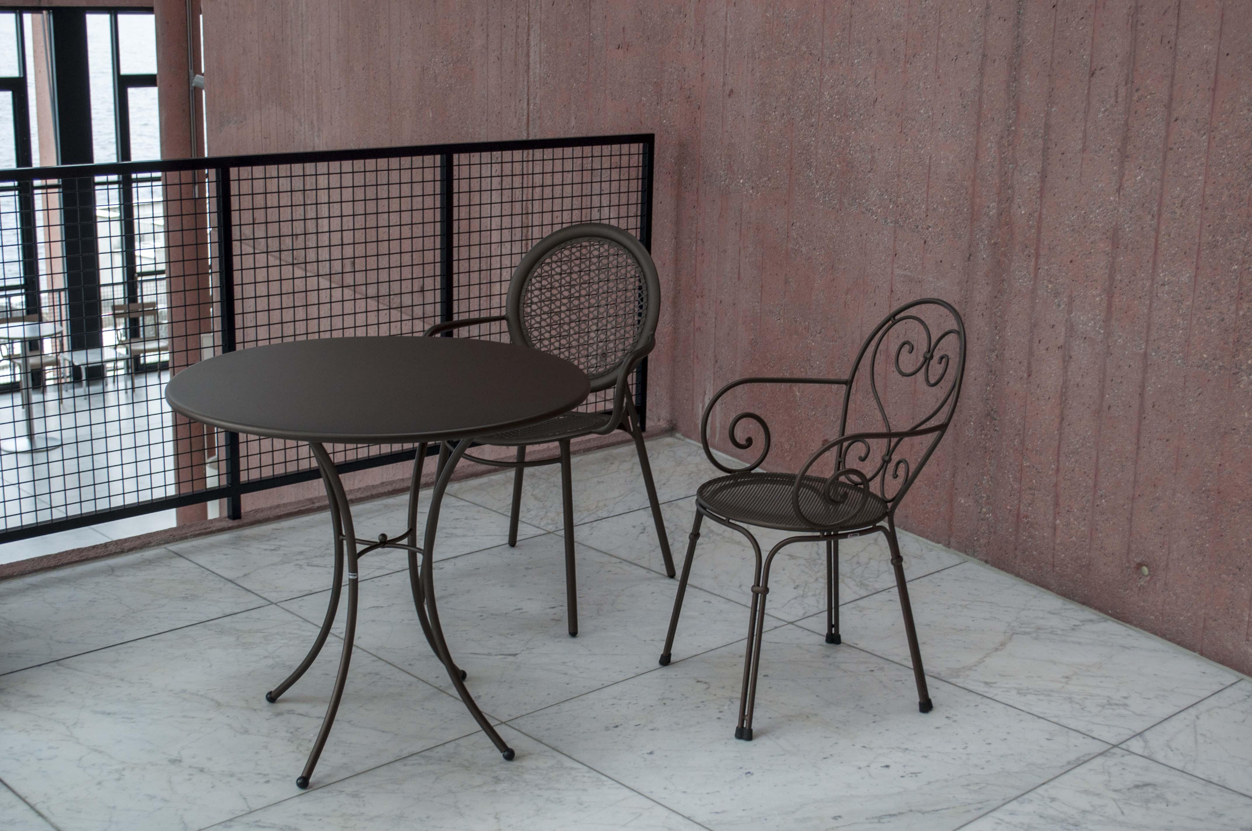Gartenstühle vor dem Bühneneingang sind für viele Zuger nicht elegant genug.