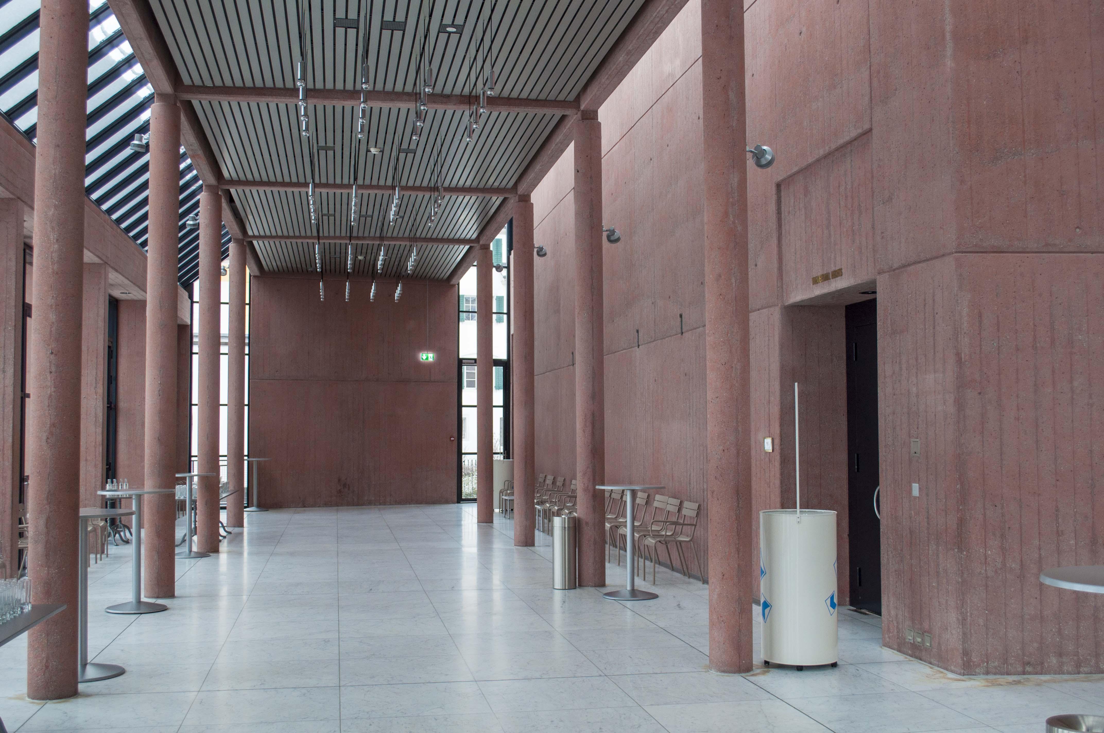 Kahler Eingangsbereich zum Grossen Saal: Früher war die Wand rechts und auf der Stirnseite mit Kunst geschmückt.
