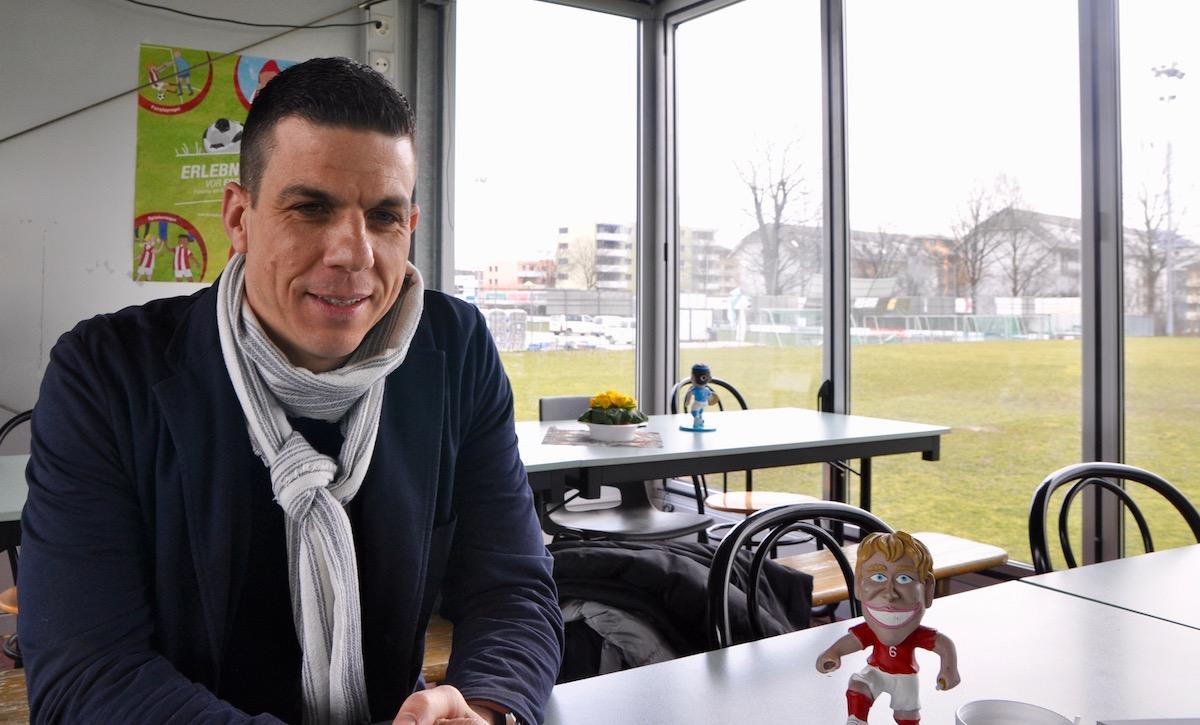 Der SCK-Trainer mit einer kleinen Figur der Schweizer Nati – auch Berner spielte 16 Mal für die Schweiz.