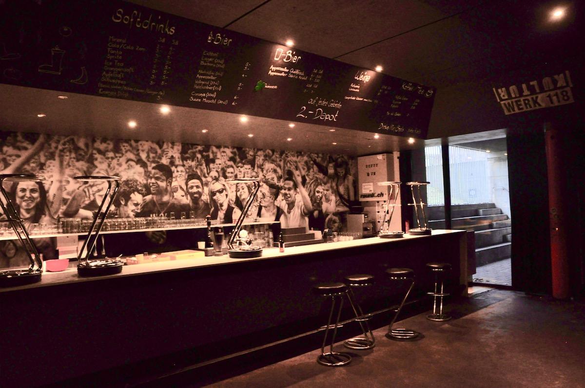 Die Bar im Kulti ziert ein grosses Gemälde.