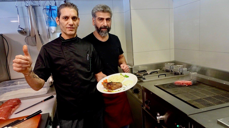 Koch Vito Belfatto und Hussein Karakoc vor dem Steak-Grill.