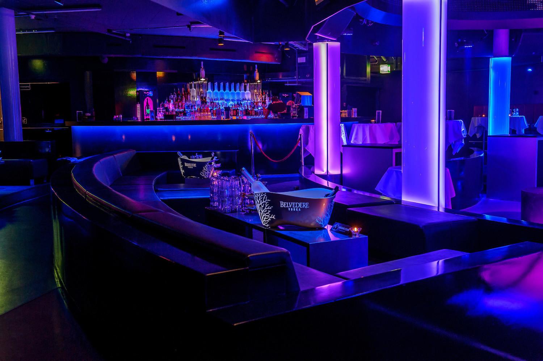 Philipp Waldis zeigt sich regelmässig bei den Gästen in gemieteten Loungen, um die Kundenbeziehung zu pflegen.
