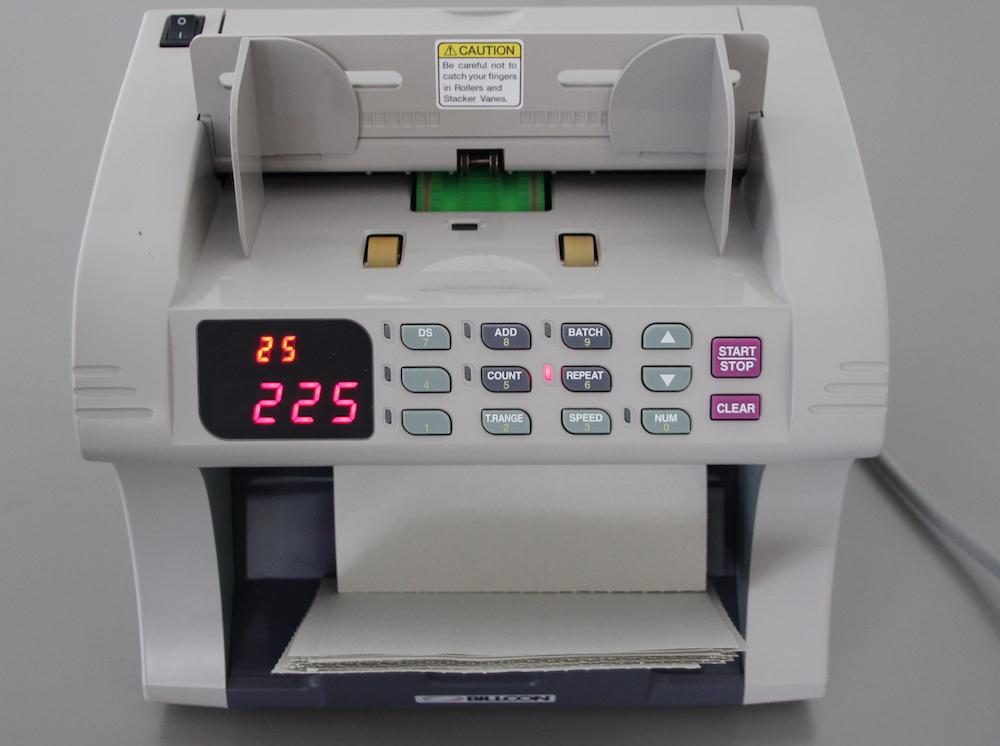 Eine Banknotenzählmaschine zählt auch Wahlzettel.