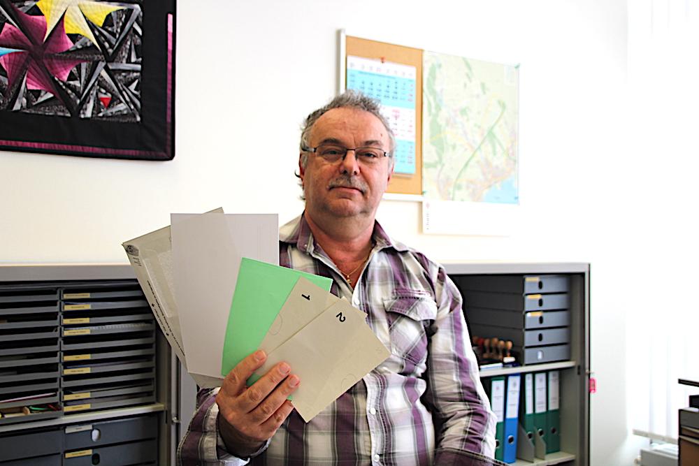 Fast wie Jasskarten: der Chamer Peter Stalder mit den Wahlunterlagen für die Stimmberechtigten.