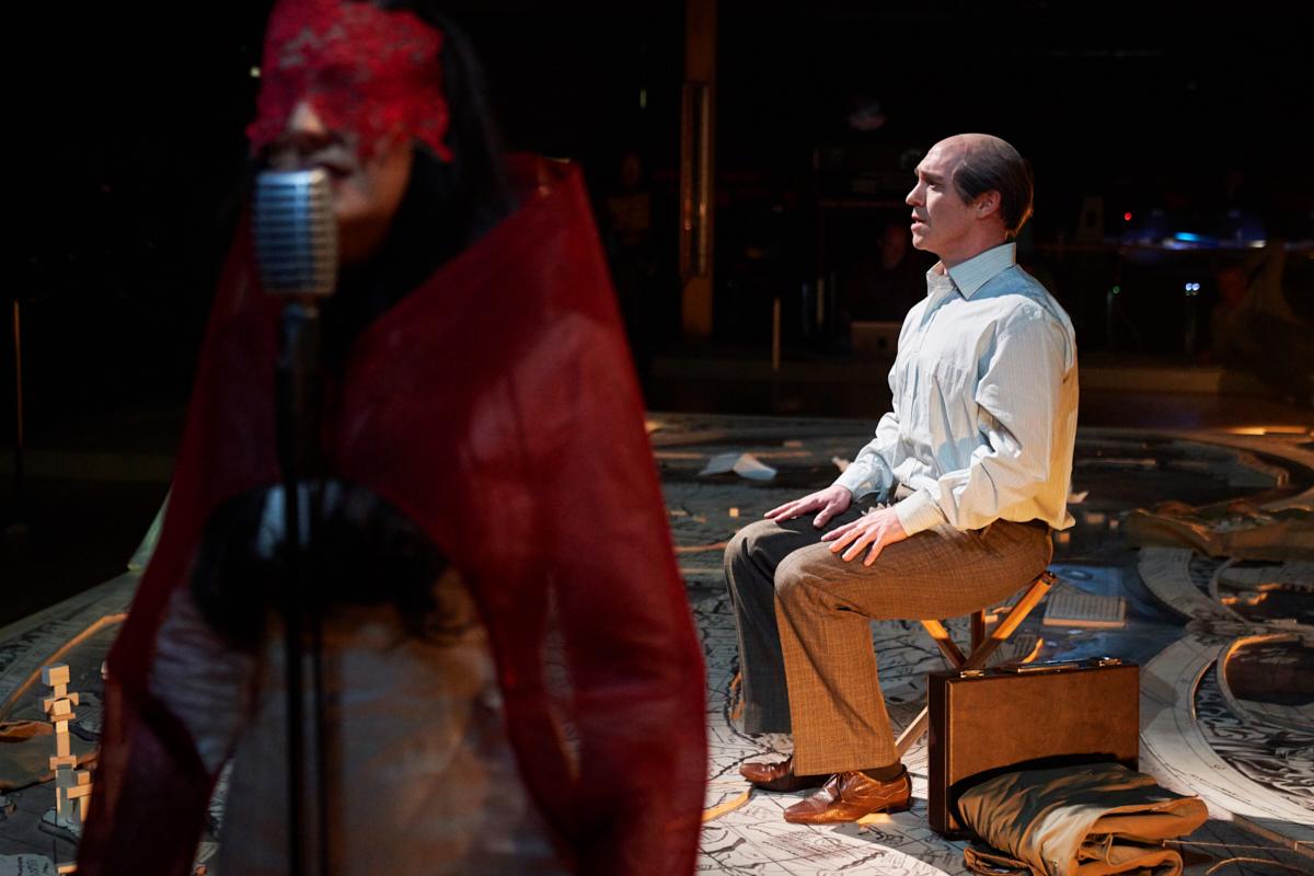 Der Bariton Jason Cox zeigt in «Flow My Tears» sein schauspielerisches Können und wie schön Trauer und Schmerz sein können.