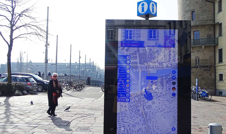Stossen auf grosse Akzeptanz, wie eine Umfrage gezeigt hat: ein digitaler Werbescreen, hier am Schwanenplatz.