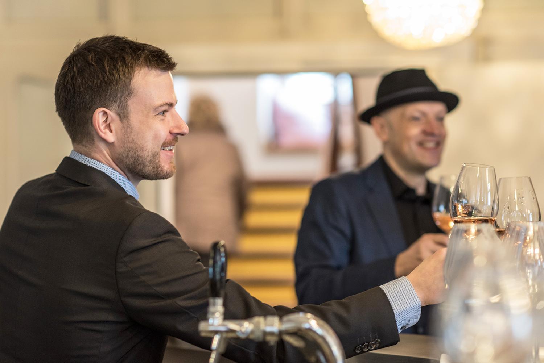 Hotelier Manuel Berger (vorne) und sein Geschäftspartner Walter Willimann an der Bar ihres Hotels.