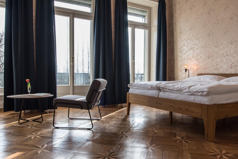 Nur die Möbel sind neu, die Tapeten wurden grösstenteils belassen.