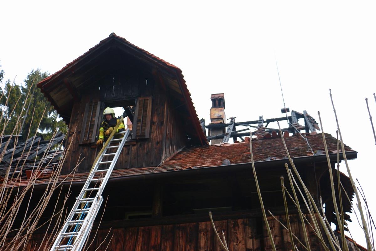 Die Feuerwehr war auch am Morgen nach dem Brand noch im Einsatz, um weitere Brandausbrüche zu verhindern.