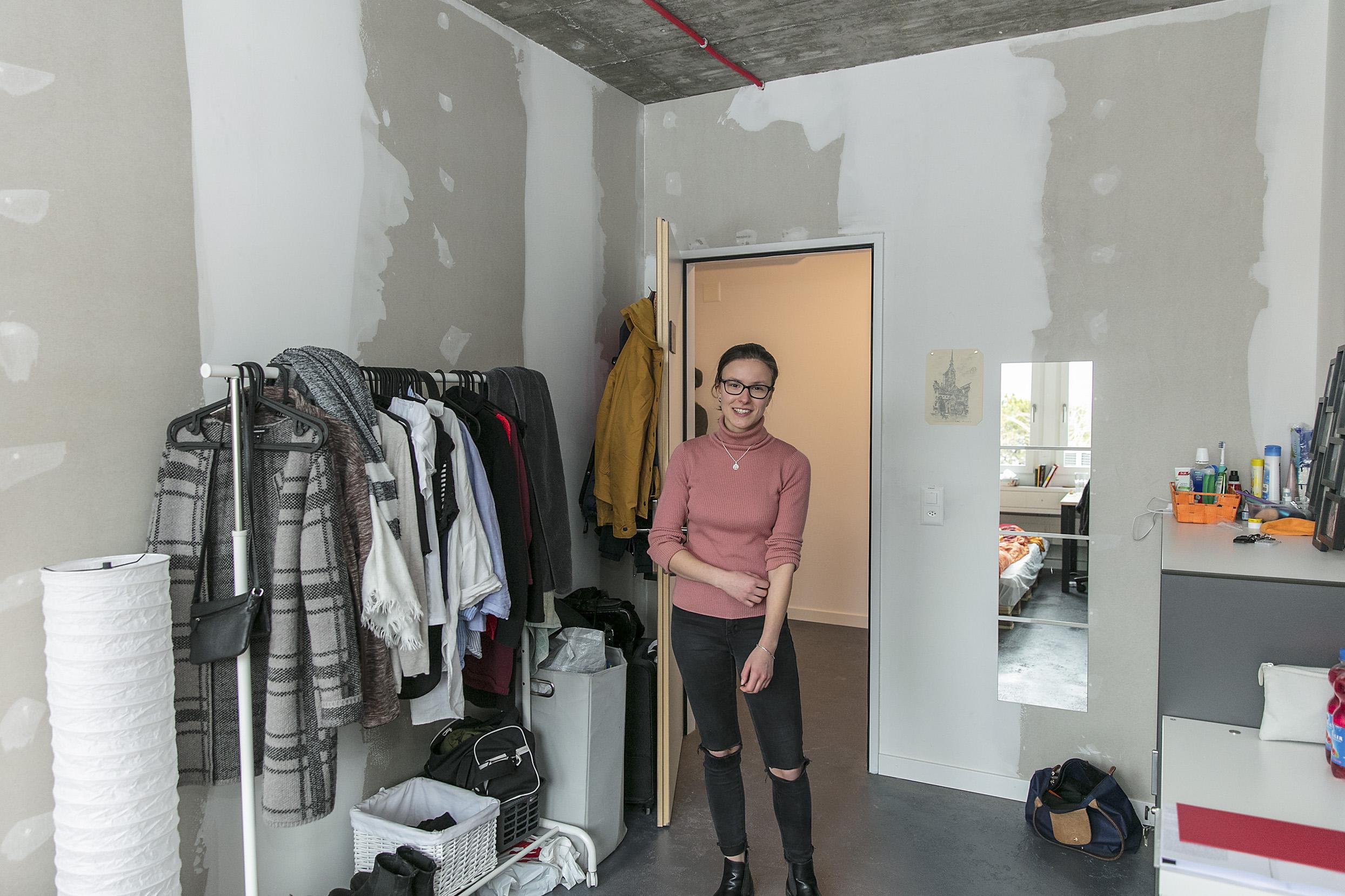 «Universe 9» Hergiswi: Die Studentin Anna in ihrem Zimmer.