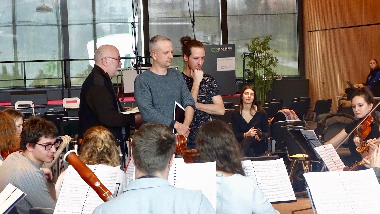 John Holloway, Nicolas Fink und Josi Sieber diskutieren eine schwierige Passage des Mozart-Requiems.