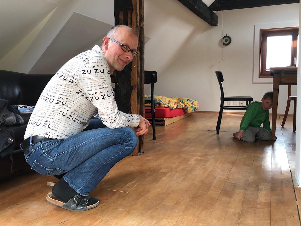 Löwenbändiger: Michael Töngi spielt mit dem Nachbarsbuben Samuel.