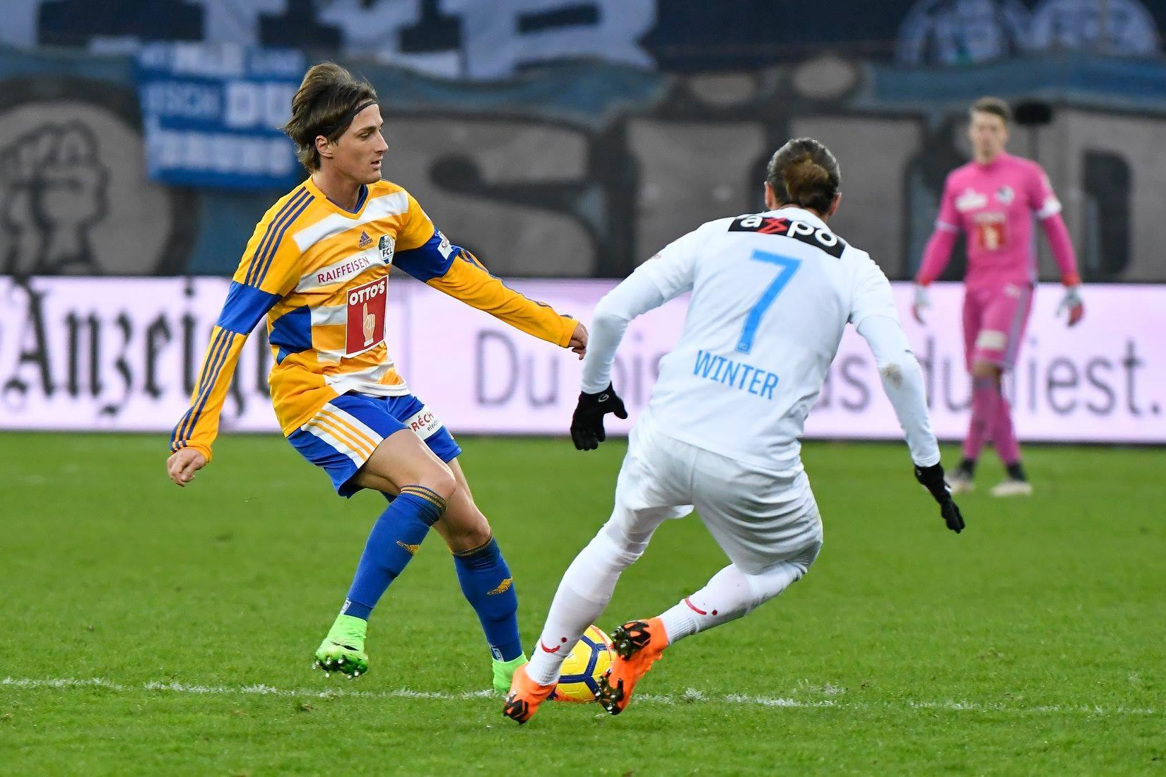 Hekuran Kryeziu im Zweikampf mit Zürichs Adrian Winter.