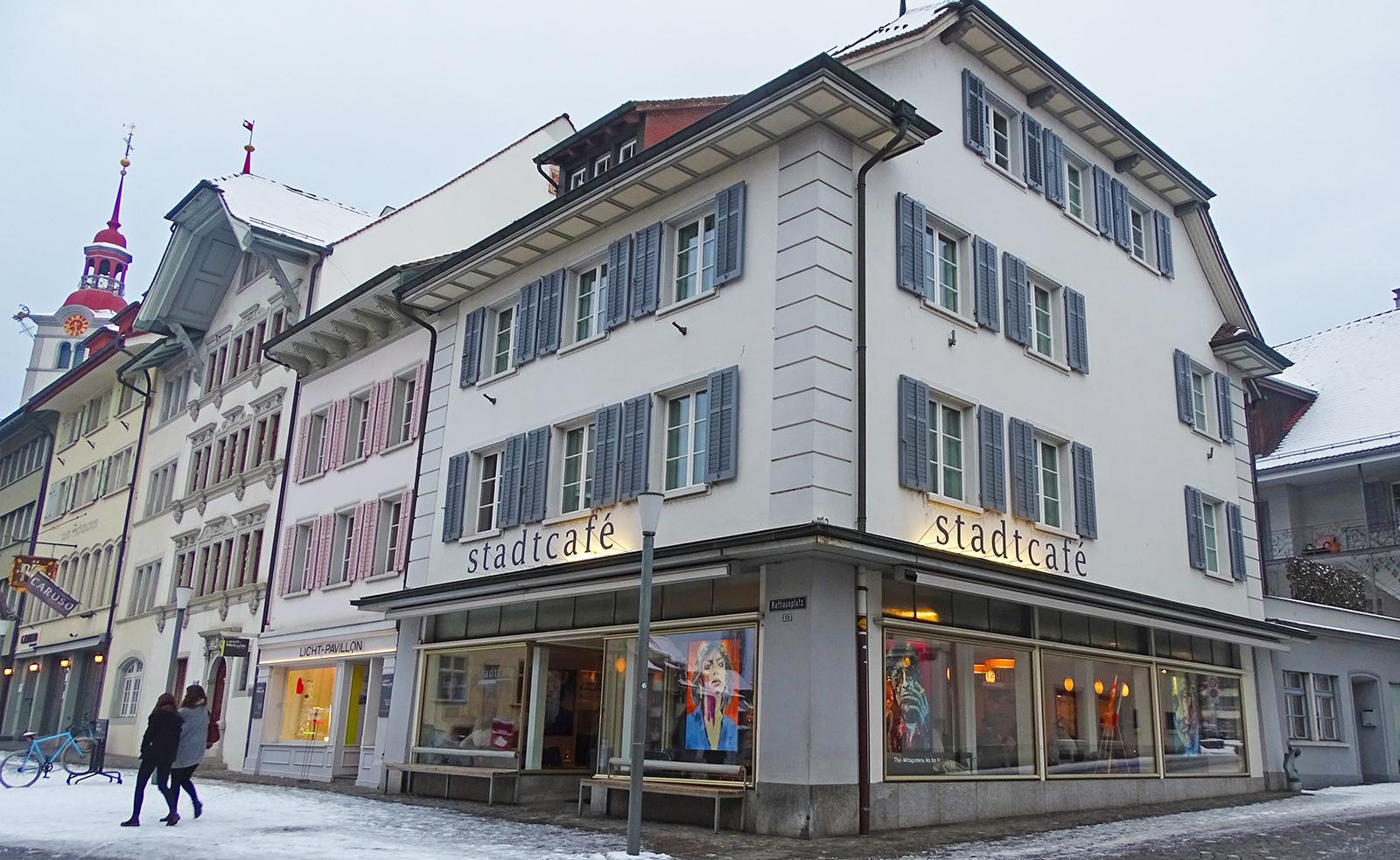 Das Stadtcafé auf dem Surseer Rathausplatz.