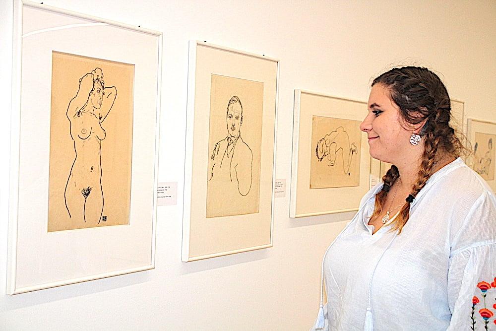 Die Zuger Feministin Virginia Köpfli schaut sich Klimts und Schieles erotische Zeichnungen im Zuger Kunsthaus an.