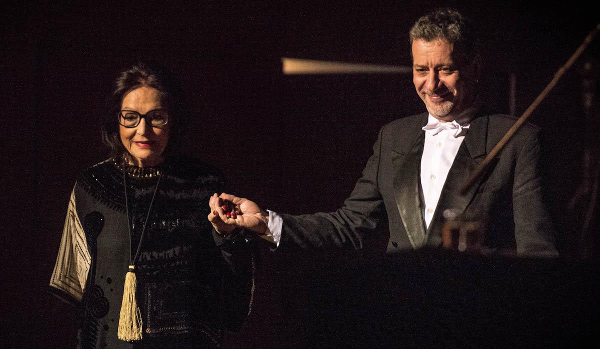 Kompetent gestützt von einer guten Band: Nana Mouskouri mit dem musikalischen Direktor Philippe Pregno.