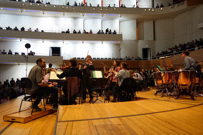 Die Musiker des Sinfonieorchesters bereiten sich auf die Generalprobe im Konzertsaal vor.