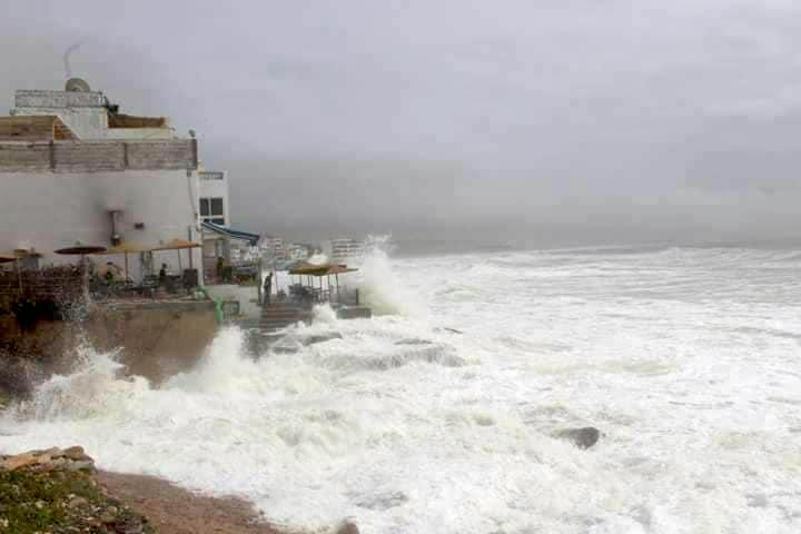 Bis hoch in die Hügel hinauf hörte man das Aufprallen der Wellen auf die Meeresoberfläche. Sonnenschirme, Plastikstühle der Restaurants an der Küste, tonnenweise Abfall... alles schwemmte es mit.