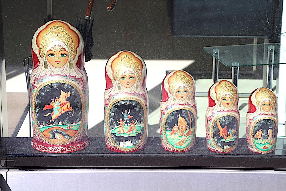 In Sachen Schönheit sind Russinnen legendär: Zuger Schaufensterauslage eines russischen Kosmetiksalons mit märchenhaften Matrjoschki.