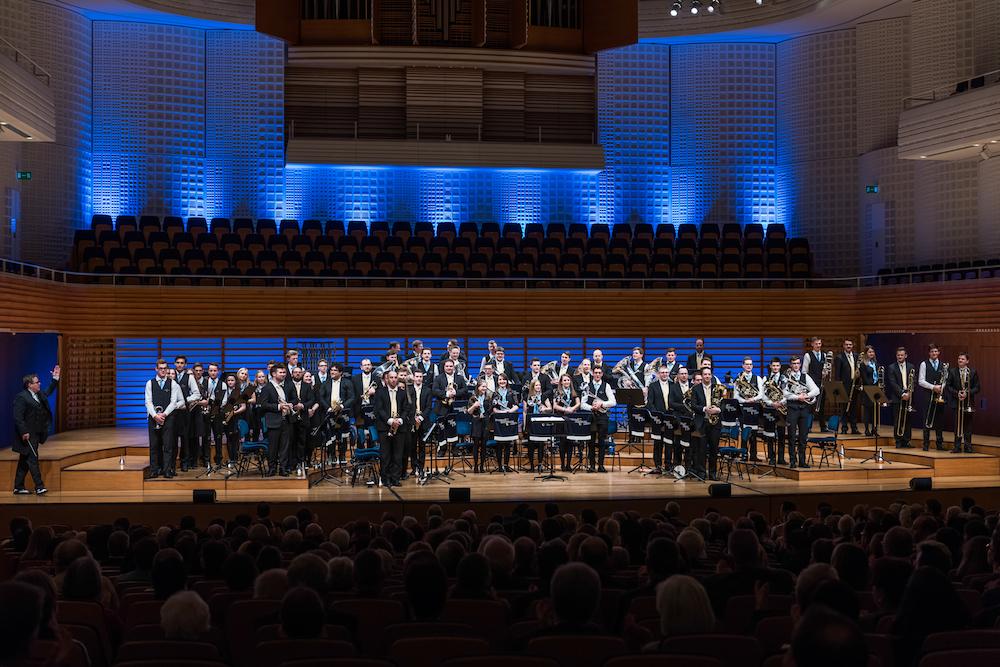 Blau, blau, blau: Die Brassband Luzern bei ihrem Konzert mit farblichem Hintergrund.