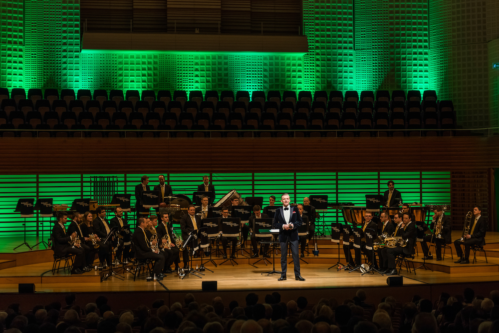 Rainer Maria Salzgeber moderierte gekonnt durch das Konzert.
