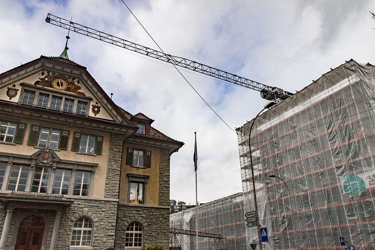 Kriens – eine einzige Baustelle: Über dem Krienser Gemeindehaus ragt ein Kran.