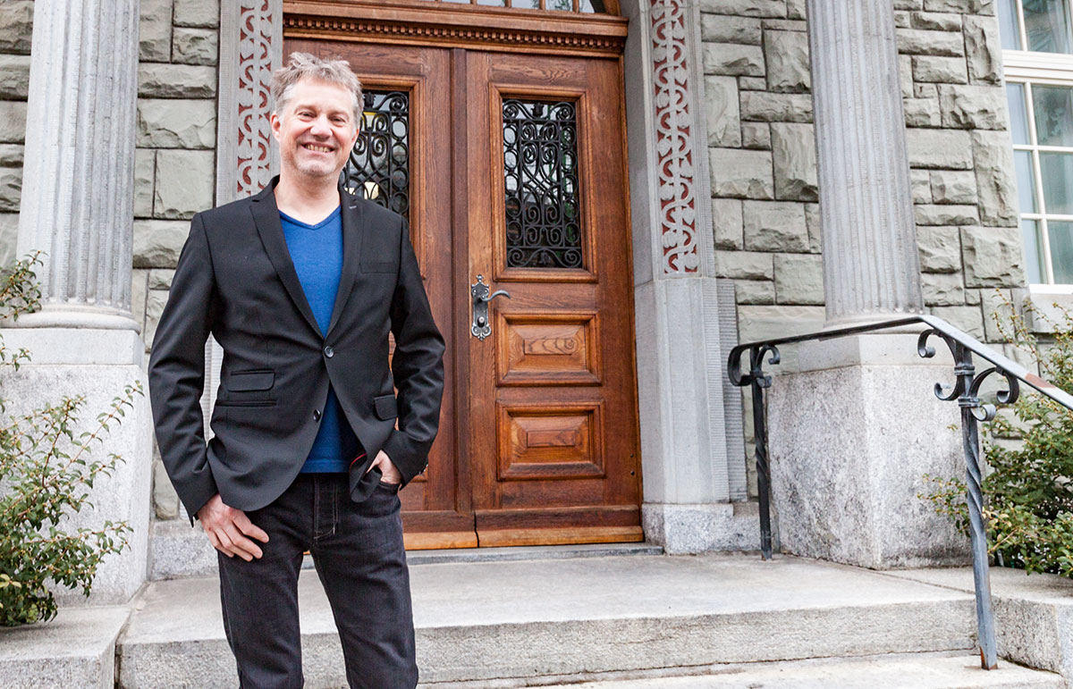 Cyrill Wiget vor dem Eingang des Krienser Gemeindehauses.
