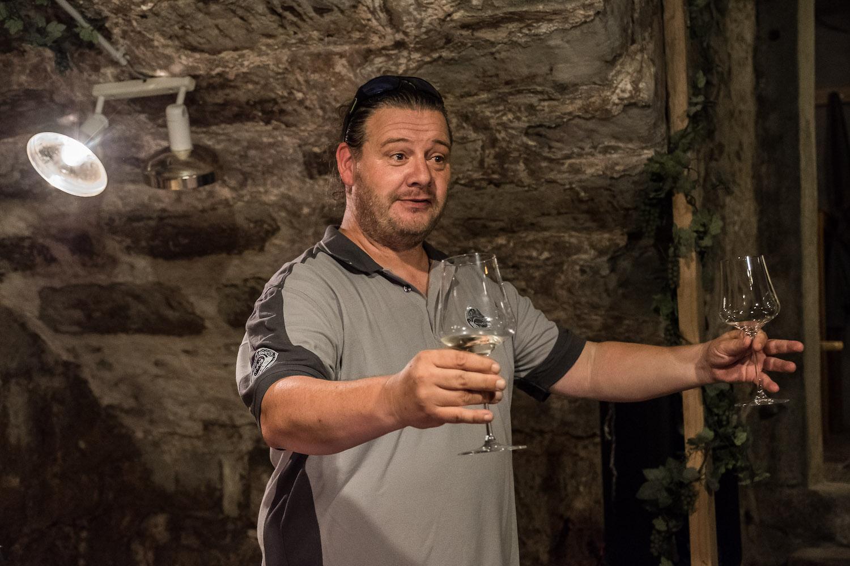 Mitbegründer und Initiant Kudi Fähndrich bittet die Gäste zu einem Glas Wein.