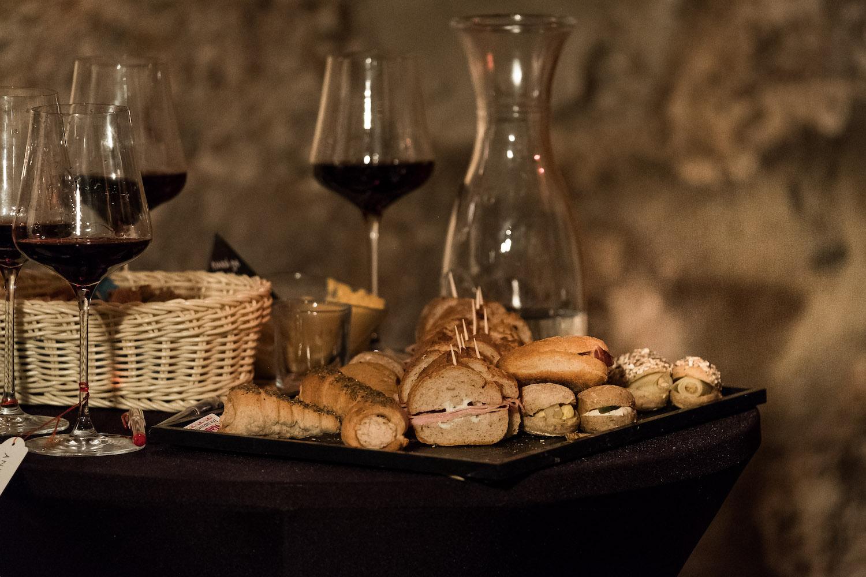 Guter Wein und feine Häppchen: Auch für das leibliche Wohl ist gesorgt.