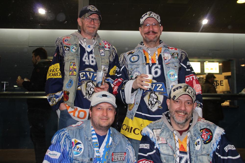 Haben den Plausch – die vier EVZ-Fans aus Steinhausen vor dem Spiel: Ivan Brandl, Mike Ryssel, Ruedi Spaar und Markus Brandl.