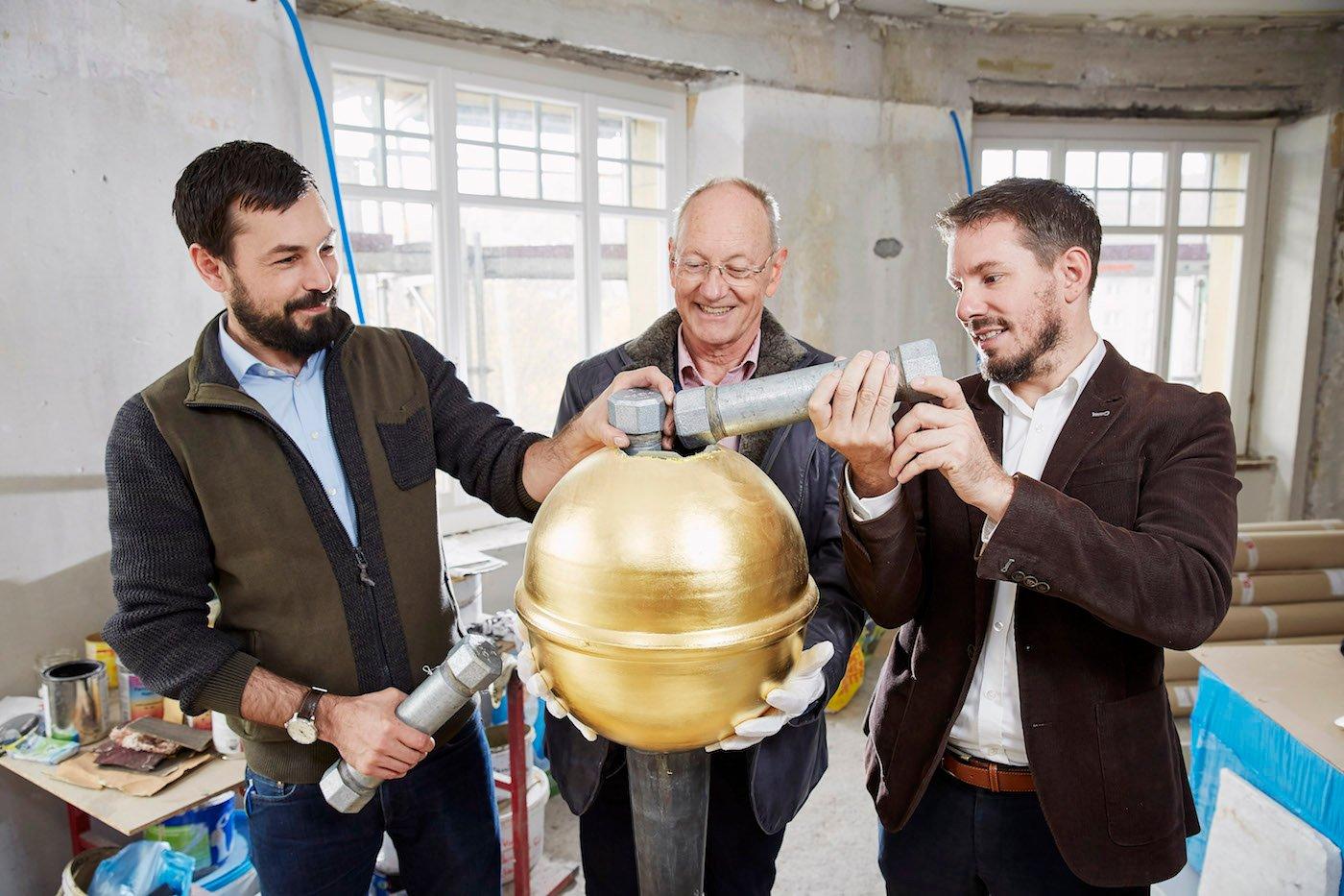 Bastian, Peter und Florian Eltschinger füllen die goldene Kugel auf der Kuppel des «Ankers» mit Erinnerungen.