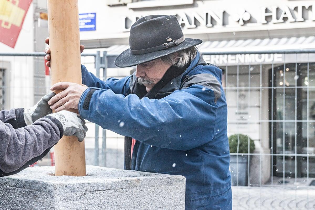 Restaurator Vitus Wey ist für die Montage des Brunnens zuständig.