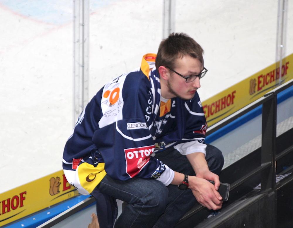 Traurig und enttäuscht über die EVZ-Niederlage: Fan in der Nordkurve am Dienstagabend.