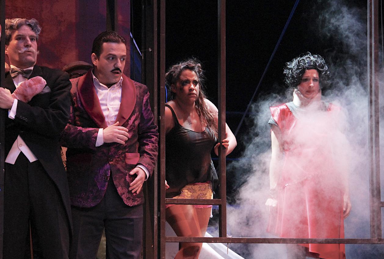 Die Pannen und Pleiten finden zum Ende ihren Höhenpunkt – alles fällt zusammen und die ehrgeizige Theatergruppe muss ihre Aufführung beenden.