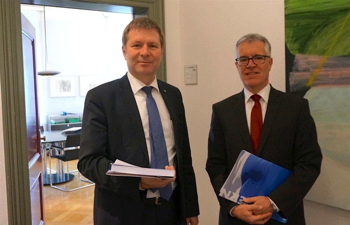 Regierungsrat Marcel Schwerzmann (links) und Hansjörg Kaufmann, Leiter Dienststelle Finanzen, können eine Staatsrechnung 2017 vorstellen, die um 14,3 Millionen Franken besser ist als budgetiert.