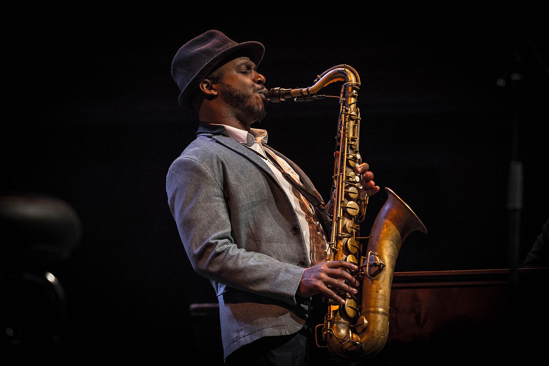 Saxofonist Tivon Pennicott.