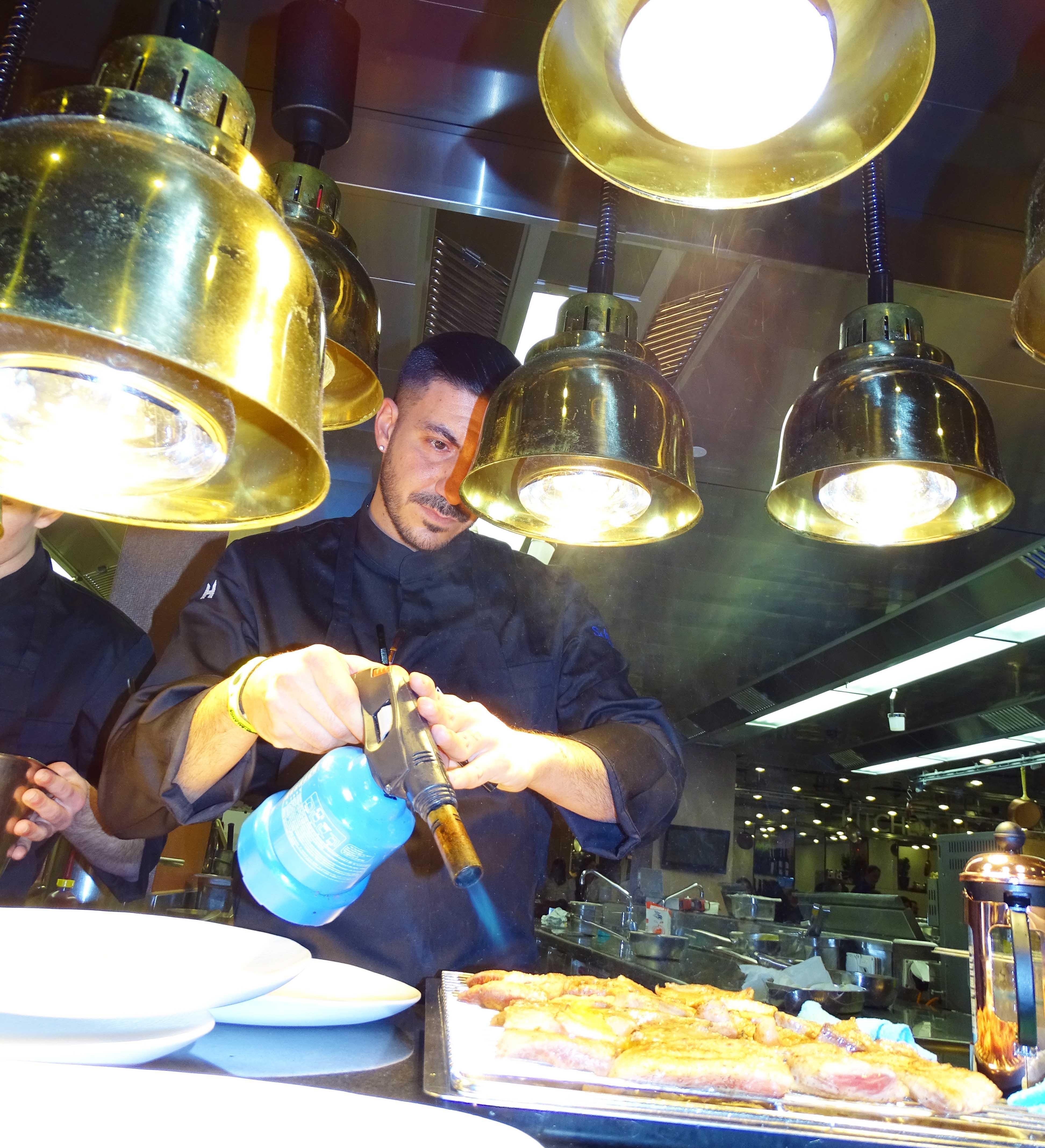 Pata Negra wie auf dem Campingplatz: Das edle Fleisch wird lediglich einige wenigew Minuten mit dem Gasbrenner erhitzt.