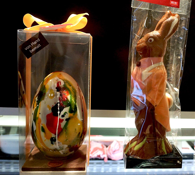 Hase Pedro wacht über das kunstvoll bemalte Ei der Konditorei Heini.
