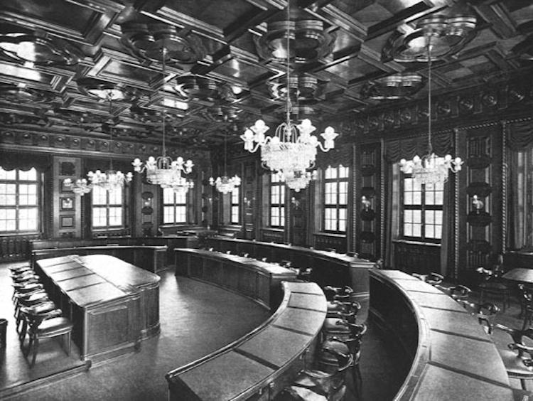Steht dem Sitzungszimmer des Bundesrates in nichts nach: Der Verwaltungsraatssaal in der Kuppel des Gebäudes.